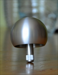 Stehauf-Kreisel XL aus Aluminium.