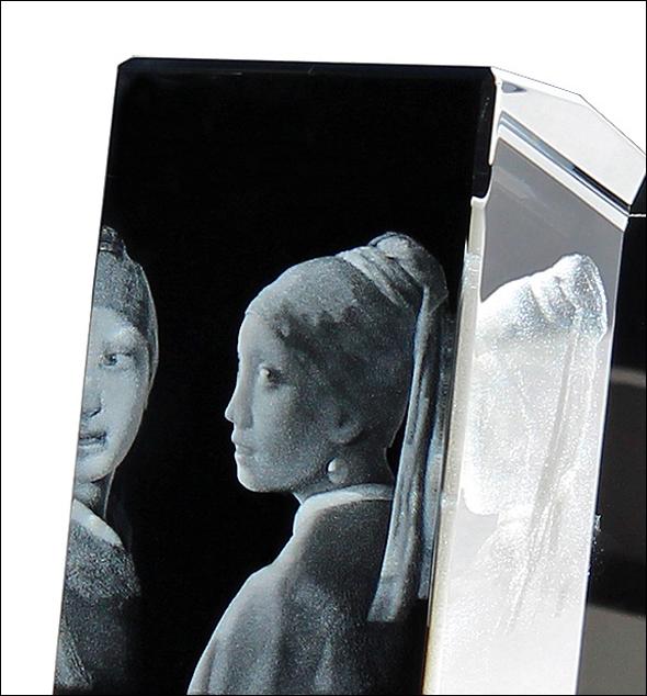 bild der wissenschaft shop m dchen mit perlenohrring glas objekt phenolux artline. Black Bedroom Furniture Sets. Home Design Ideas
