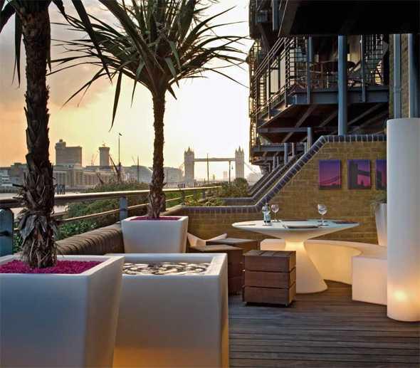 Große Terrasse Gestalten : Terrasse Gestalten Modern überdacht Teich Gartenstühle Metall